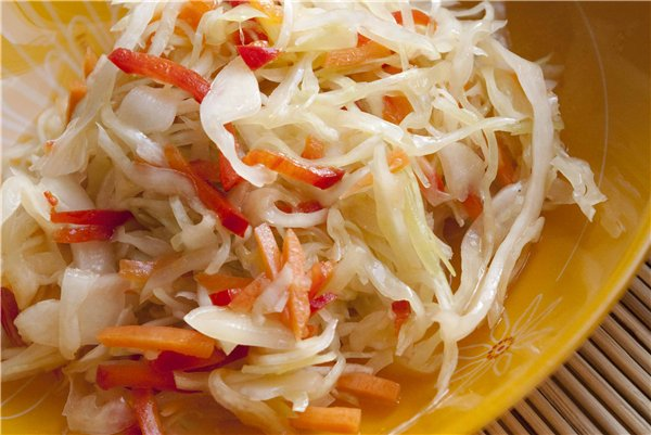 Салат из квашеной капусты: 5 вкусных и простых рецептов