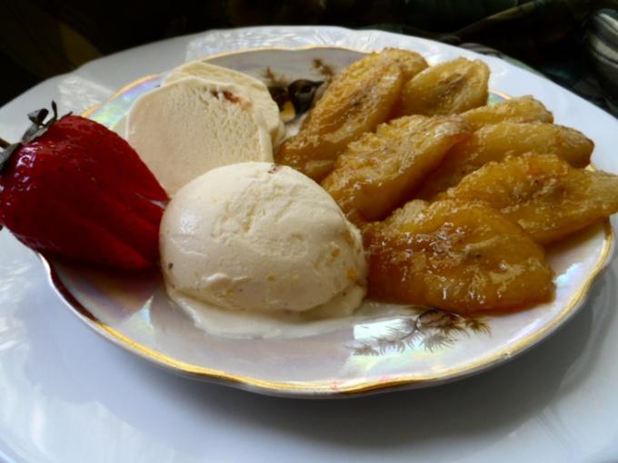 Бананы в карамели с пломбиром и орехами