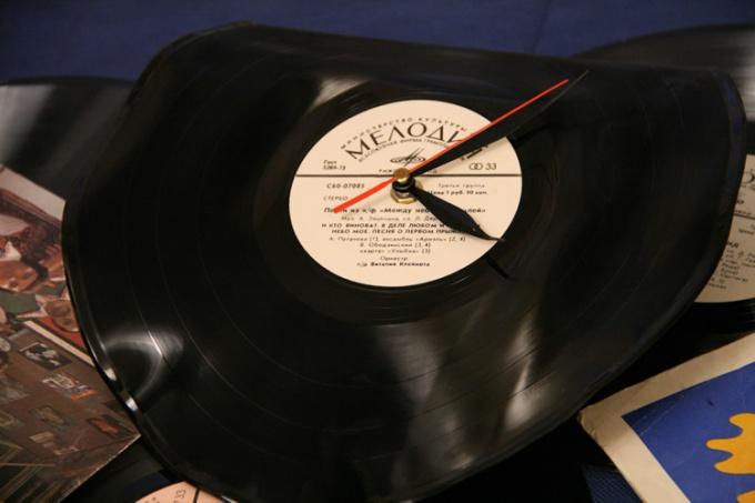 Стильные часы из старой пластинки