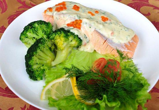 Семга с овощами под соусом