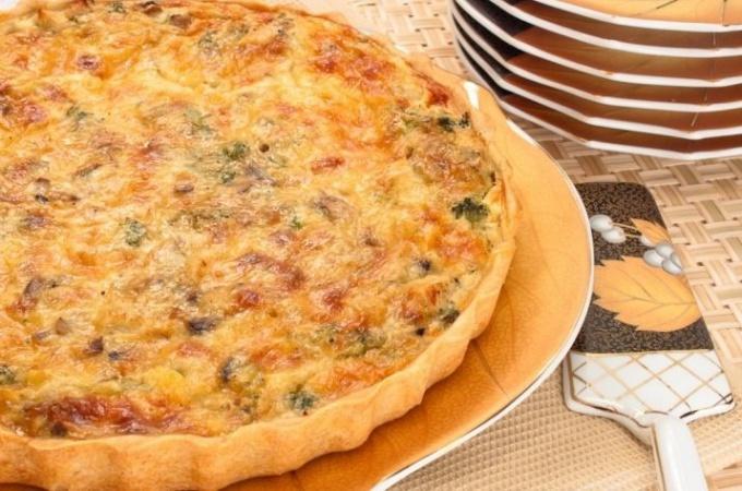 Лоранский пирог с курицей, грибами и брокколи