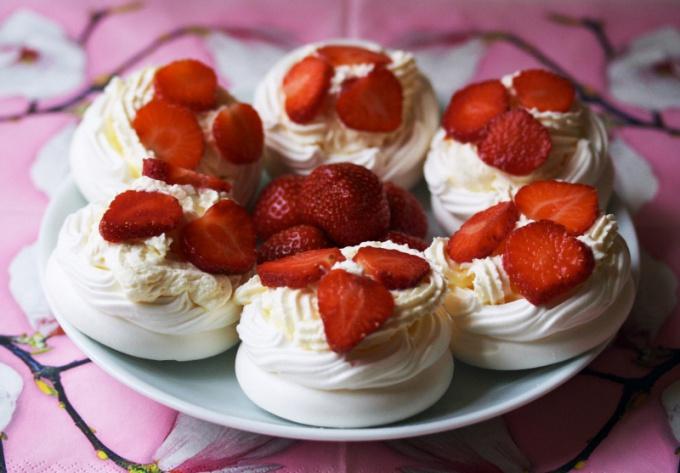 Пирожные Павлова с клубникой