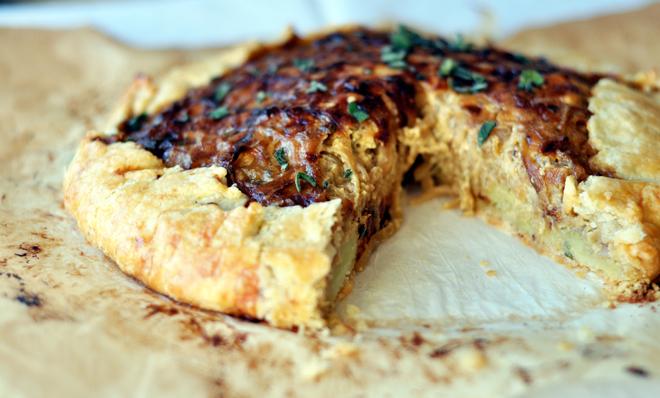 Луковый пирог с тапенадом