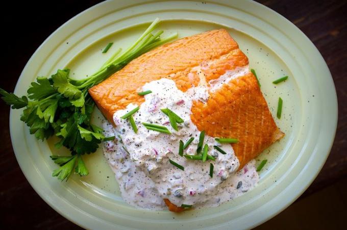 Как приготовить семгу с соусом из хрена