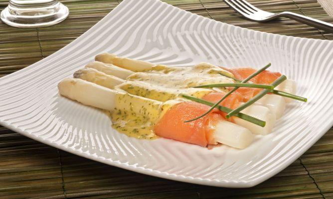 Спаржа с лососем под голландским соусом