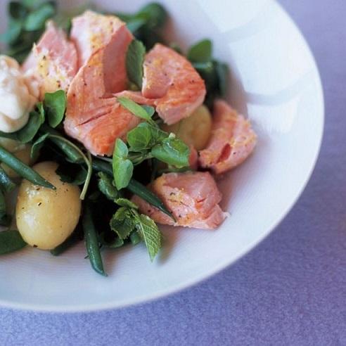 Салат из запеченного лосося с кресс-салатом