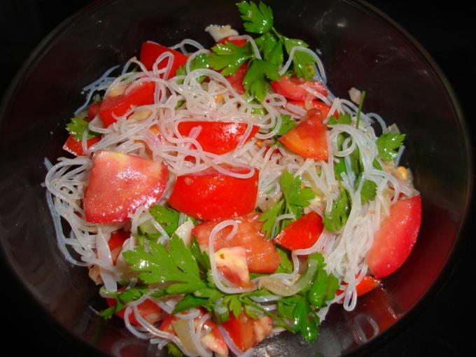 Салат с фунчозой и креветками