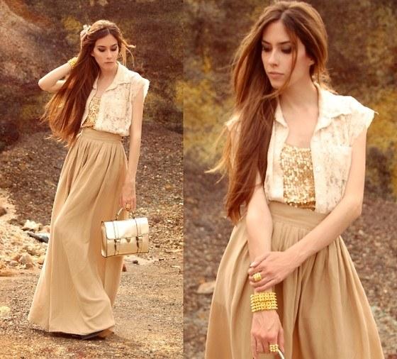Длинная юбка может сочетаться с майкой, пиджаком, блузой или рубашкой