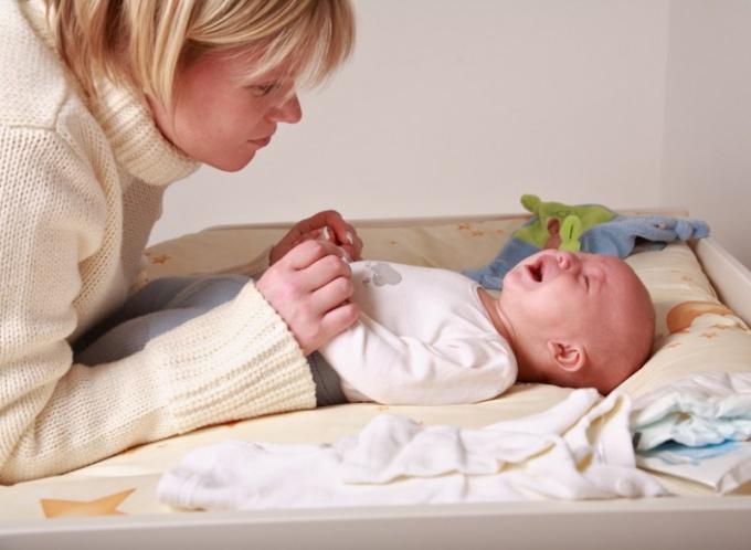Как успокоить грудничка, если болит животик