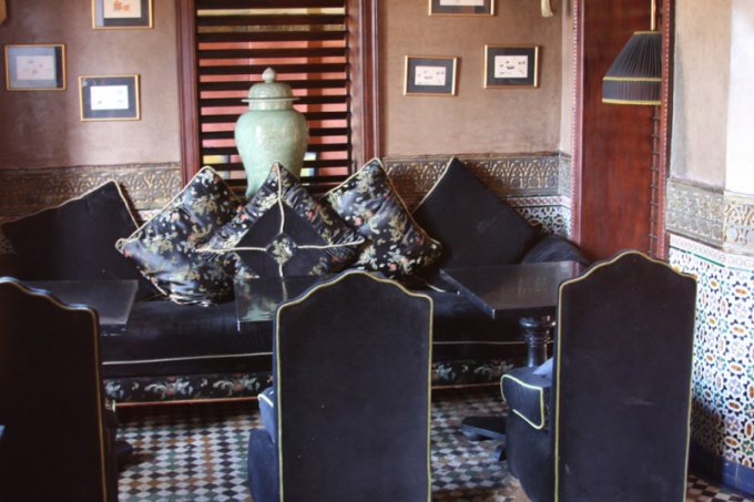 «Лаунж» переводится с английского, как «гостиная», «комната для отдыха»