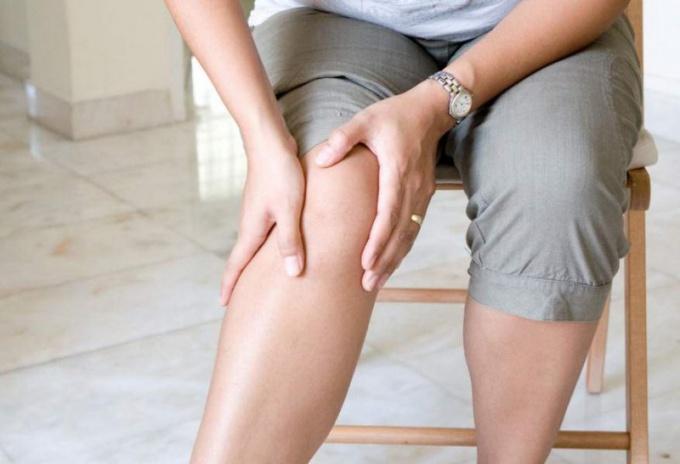 Почему болят суставы ног