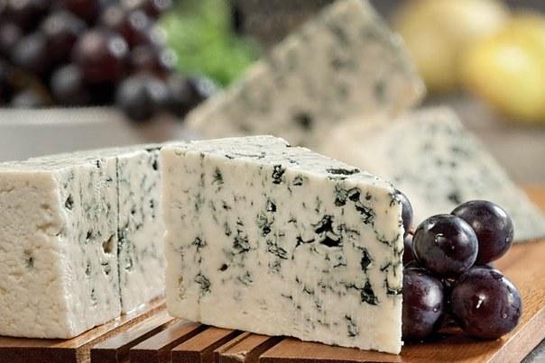 Называние сыра дор блю говорит за себя и переводится, как «голубое золото»