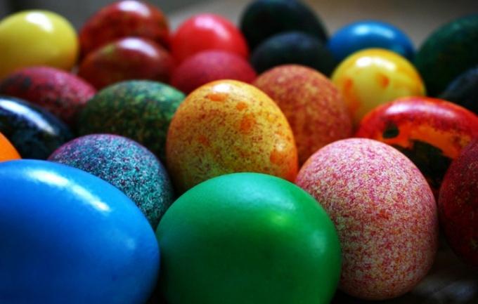 Как покрасить яйца в крапинку и создать рисунок