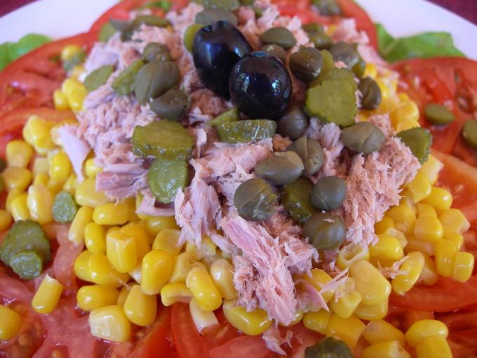 Как приготовить салат с кукурузой и колбасой