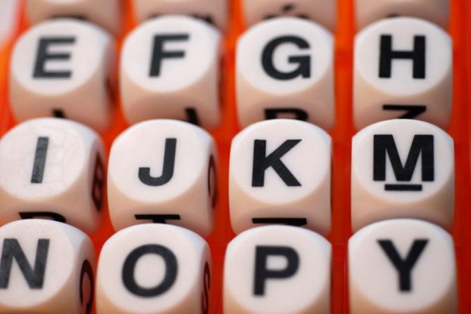 Каждой букве исходного языка соответствует определенный знак другого языка