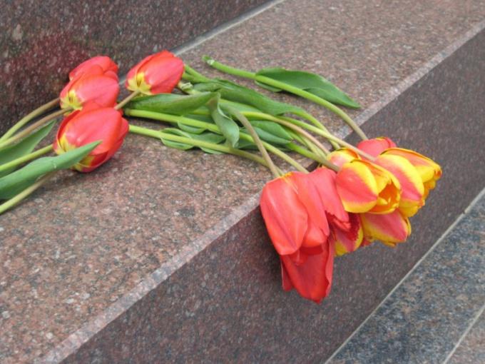 Почему на похороны приносят четное количество цветов