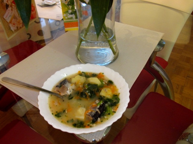 Как стремительно приготовить аппетитный суп из консервированной сайры