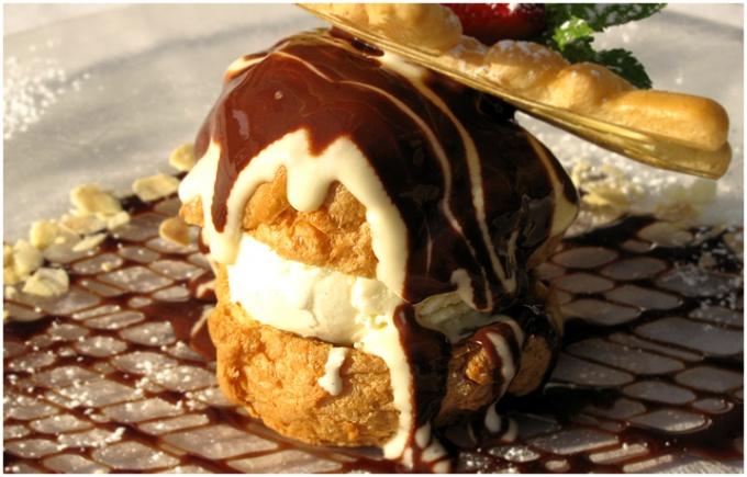 Эклеры с мороженым и шоколадным соусом