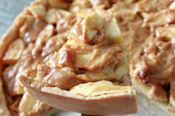 Пирог с яблоками и вареной сгущенкой