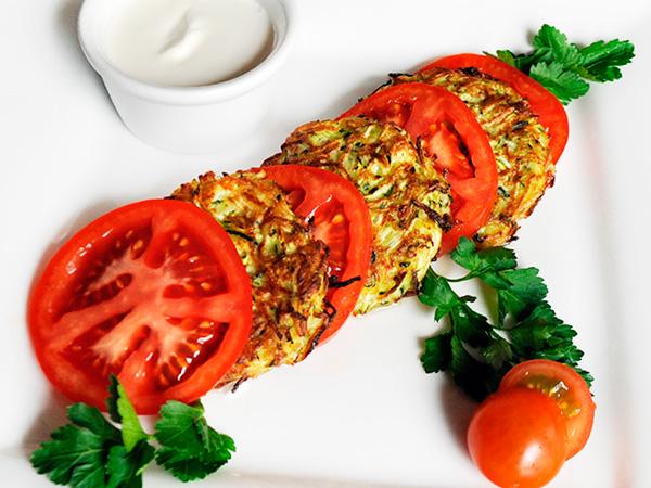 Оладьи, приготовленные с помидорными дольками