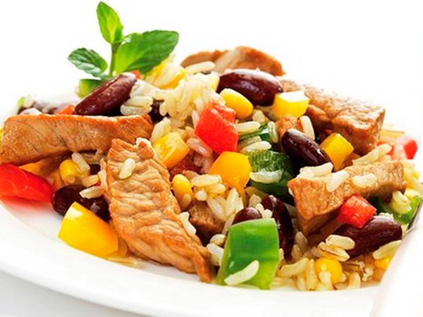 Рис тушеный с овощами и мясом
