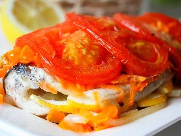Запеченная под помидорами рыба