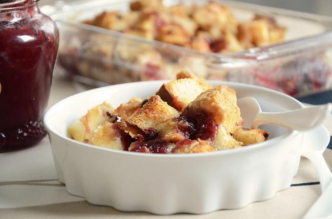 Как приготовить хлебный пудинг с арахисом и вареньем?