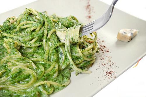 Как приготовить спагетти со шпинатно-творожным соусом?