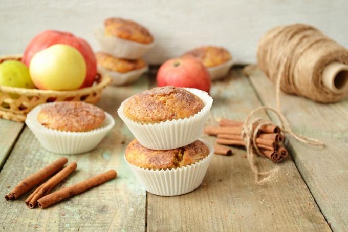 Как приготовить яблочные маффины с халвой?