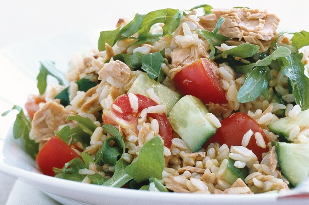 How to cook rice salad with spinach and tuna?