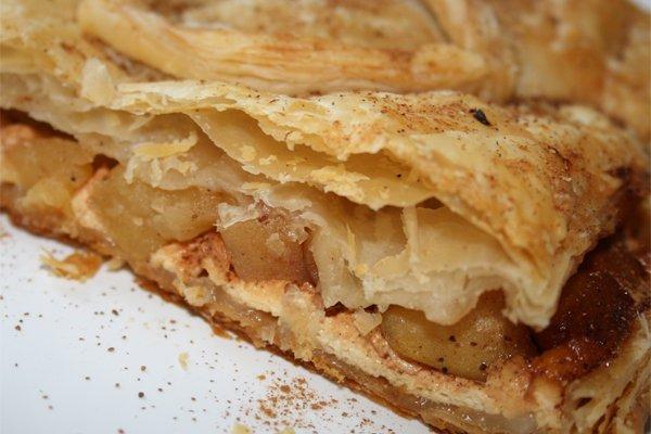 Как приготовить слоеный пирог с яблоками и творогом