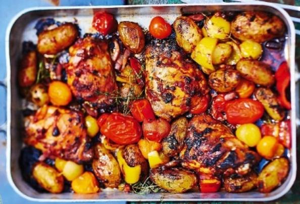 Куриные бедра с помидорами и молодым картофелем