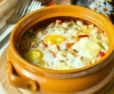 Яйца запеченные с курицей и овощами