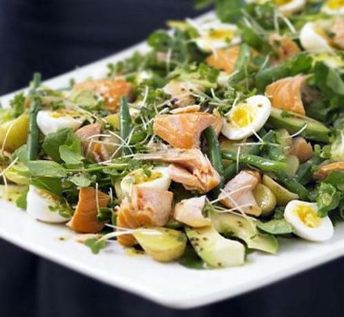 Салат с жареным лососем и яйцами