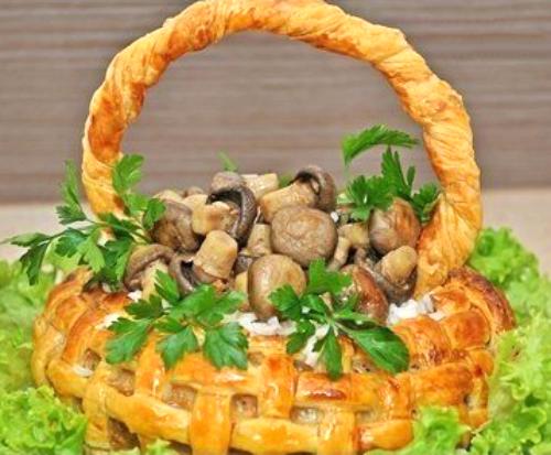 Корзина из слоеного теста с мясом, грибами и рисом