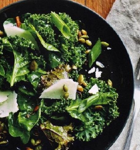 Салат из капусты и листьев свеклы