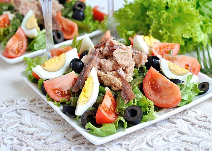 """Салат """"Нисуаз"""" с тунцом и перепелиными яйцами"""