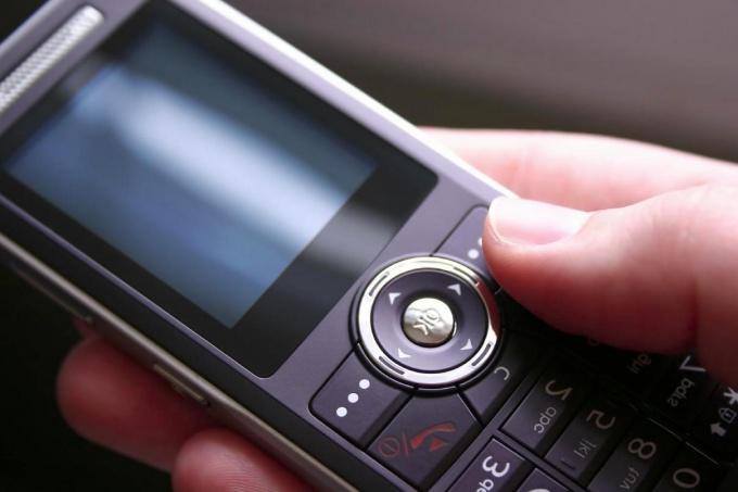 Деньги с телефона могут снимать за использование платных услуг
