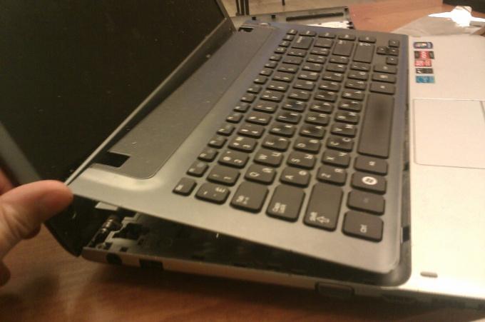 Снимаем клавиатуру ноутбука Samsung NP355V4C