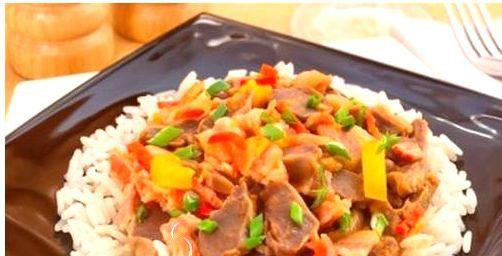 Сочные и ароматные куриные желудки с беконом и овощами