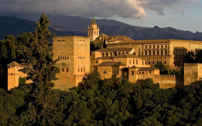 Лучшие достопримечательности Испании: дворцовый комплекс-крепость Альгамбра