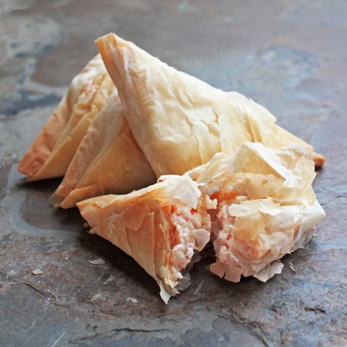 Как приготовить треугольники из теста фило с творогом и ягодами?