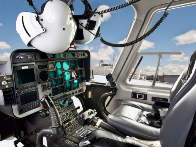 Кабина пилота в вертолете Bell-407