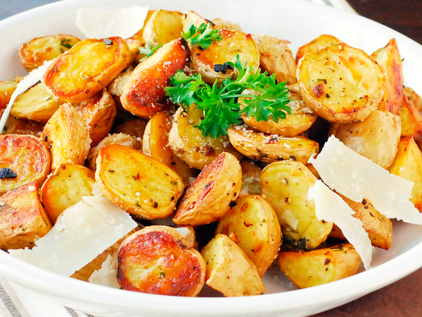 Запеченный четвертинками картофель