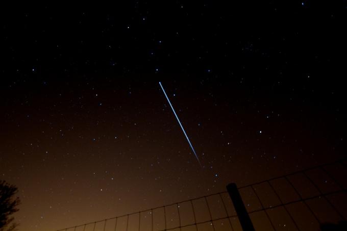 Международная космическая станция видна в ночном небе невооруженным глазом