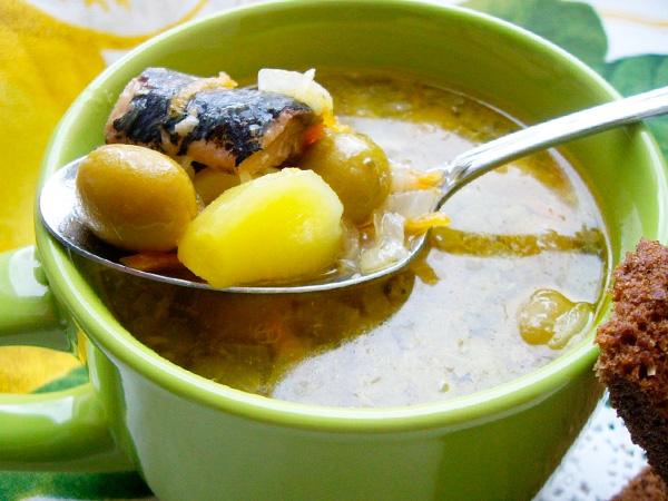 Приготовить суп из рыбных консервов