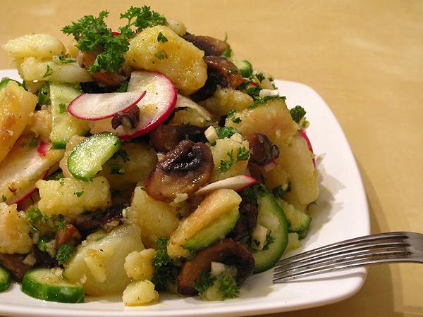 Теплый салат с картофелем и огурцами
