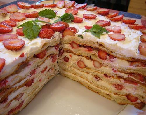 Блинный торт с клубникой