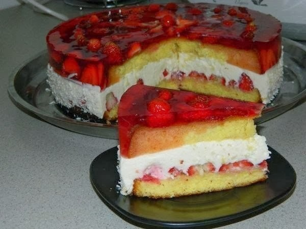 Как приготовить клубничный торт с творожной прослойкой