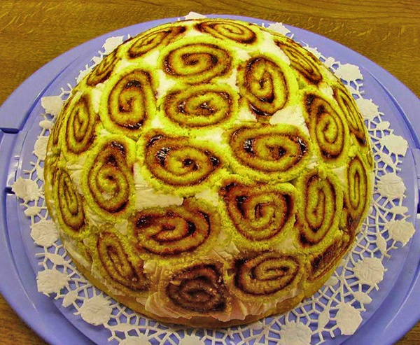 Торт из бисквитных рулетов